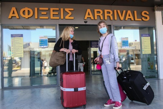 Les touristes, arrivent à l'aéroport international Nikos Kazatzakis à Héraklion, en Crète.  Les passagers, pour la plupart originaires d'Allemagne, sont venus de Hambourg, avec le premier vol international à arriver sur l'île.  Les aéroports régionaux à travers la Grèce, y compris leurs îles de destination touristique, ont recommencé à accepter des vols internationaux directs mercredi, pour la première fois depuis que les vols ont été interdits dans le cadre de la fermeture du pays pour empêcher la propagation du coronavirus.