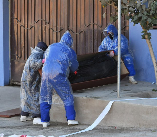 Employees of a mortuary remove the body of a man who apparently died with symptoms of Covid-19, and remained abandoned on the street for several hours in Cochabamba