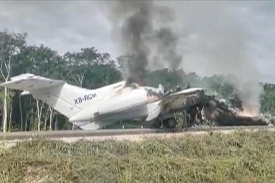 Un avion soupçonné de transporter des drogues aurait été incendié après avoir été intercepté par des soldats sur la route fédérale 184 dans l'État de Quintana Roo, au Mexique, selon des rapports locaux, le 5 juillet 2020 dans cette image fixe tirée d'une vidéo.  REUTERS / via REUTERS TV