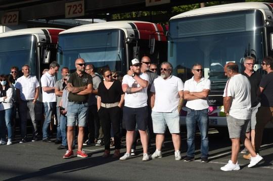 Les chauffeurs de bus du réseau de transports publics de Bayonne, dans le sud-ouest de la France, attendent la visite du ministre français des Transports le 7 juillet 2020, un jour après que l'un d'eux a été déclaré mort cérébrale après avoir été attaqué pour avoir refusé de laisser à bord des passagers sans masque facial conformément aux règles imposées pour lutter contre le coronavirus.  - Une source policière à Bayonne, près de la station balnéaire chic de Biarritz, a déclaré que cinq personnes étaient maintenant en garde à vue pour l'incident du 5 juillet au soir.  (Photo de GAIZKA IROZ / AFP) (Photo de GAIZKA IROZ / AFP via Getty Images)
