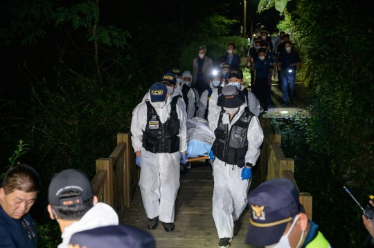Une équipe médico-légale de la police transporte le corps du maire de Séoul Park Won-soon qui a été retrouvé mort après avoir été porté disparu plus tôt dans la journée, dans un parc à Séoul le 10 juillet 2020. - Le maire de Séoul, Park Won-soon, longtemps considéré comme un candidat potentiel à la présidentielle sud-coréenne, a été retrouvé mort le 10 juillet 2020, a annoncé la police.  Il avait 64 ans. Un ancien employé de la ville de Séoul a déposé une plainte contre lui - prétendument pour harcèlement sexuel - le 8 juillet. Le corps de Park a été retrouvé sur une montagne dans le nord de Séoul, a indiqué la police, après une fouille de centaines d'agents.  (Photo par Ed JONES / AFP) (Photo par ED JONES / AFP via Getty Images)