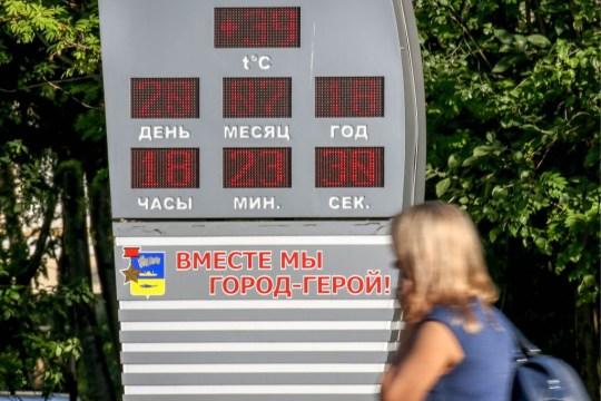 MURMANSK, RUSSIE - 20 juillet 2018: une température de 39 C [102 F] affiché sur un écran de rue alors que la canicule frappe la ville de Mourmansk.  Igor Ageyenko / TASS (Photo par Igor Ageyenko \ TASS via Getty Images)