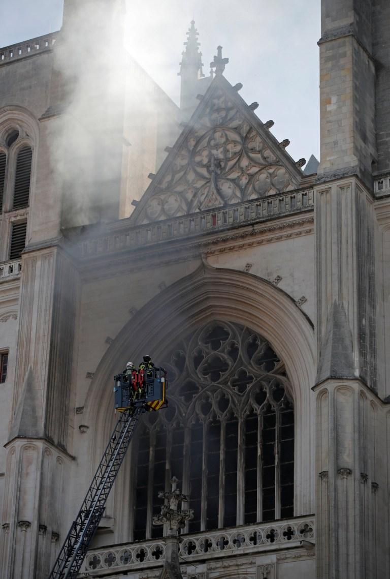 De la fumée a vu s'échapper des tours de la cathédrale