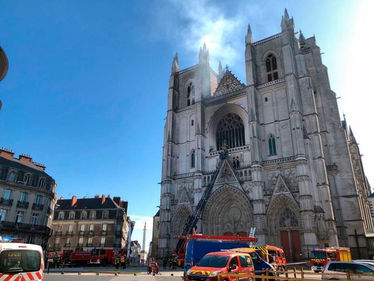 Les pompiers travaillent pour éteindre l'incendie de la cathédrale gothique