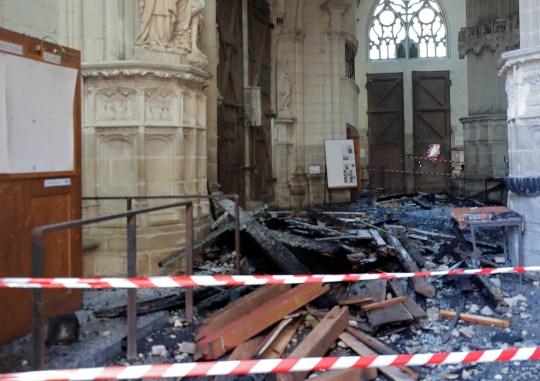 Vue des débris causés par un incendie à l'intérieur de la cathédrale Saint-Pierre-et-Saint-Paul de Nantes, France, 18 juillet 2020. REUTERS / Stéphane Mahe