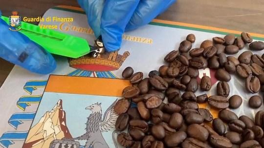 La police coupe les grains de café