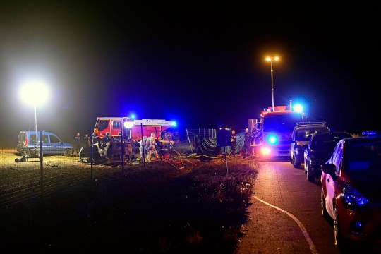 Des secouristes interviennent sur les lieux d'un accident de voiture qui a tué 5 enfants et blessé 4 personnes,