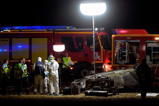 Des secouristes et des pompiers interviennent sur les lieux d'un accident de voiture qui a fait 5 enfants et 4 blessés