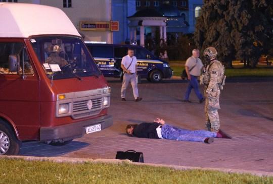 Un preneur d'otages présumé gît au sol après avoir été détenu par des agents des forces de l'ordre dans la ville de Loutsk, à quelque 400 kilomètres (250 miles) de la capitale Kiev, le 21 juillet 2020. - Le siège d'un bus avec 13 passagers par un homme armé a mis fin mardi à la libération de tous les otages, a annoncé la police ukrainienne.  (Photo par YURIY DYACHYSHYN / AFP) (Photo par YURIY DYACHYSHYN / AFP via Getty Images)
