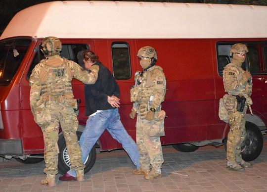 Un assaillant, qui a saisi un bus longue distance avec 13 otages, après que des policiers l'ont capturé dans le centre-ville de Loutsk, à quelque 400 kilomètres (250 miles) à l'ouest de Kiev, en Ukraine, le mardi 21 juillet 2020 à la fin du mois. La police a déclaré que l'homme armé qui avait pris des otages dans un bus longue distance dans la ville occidentale de Loutsk a été arrêté et que toutes les personnes qu'il détenait ont été libérées indemnes après une impasse qui a duré plus de 12 heures.  (Bureau de presse de la police ukrainienne via AP)