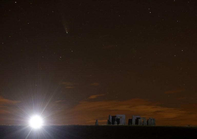 La comète Neowise (en haut à gauche) apparaît dans le ciel nocturne au-dessus de Stonehenge dans le Wiltshire. Photo PA. Date de la photo: jeudi 23 juillet 2020. La comète Neowise, ou C / 2020 F3 (NEOWISE) a été repérée pour la première fois en mars par des astronomes utilisant le télescope d'observation infrarouge NEOWISE, et ne pénètre dans le système solaire interne que tous les 6800 ans. Il sera au plus près de la terre le 23 juillet, et à condition de ne pas se désintégrer, il pourrait être visible jusqu'à la mi-août. Voir histoire PA SCIENCE Comet. Crédit photo doit se lire: Yui Mok / PA Wire