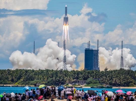 epa08561792 La fusée transportant le rover chinois Tianwen-1 Mars est vue après le décollage à Wenchang, province de Hainan, Chine, le 23 juillet 2020. Le rover a été décollé par une fusée du 5 mars sur l'île de Hainan et devrait atteindre Mars en février 2021. . EPA / STR CHINA OUT / CULTURE ALTERNATIVE