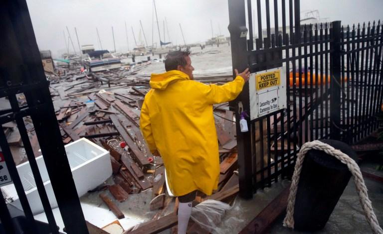 Jame Rowles examine les dommages après la destruction des quais de la marina où son bateau était sécurisé lorsque l'ouragan Hanna a touché terre le samedi 25 juillet 2020 à Corpus Christi, au Texas. (Photo AP / Eric Gay)