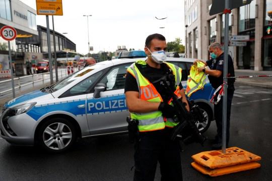 La police sécurise la zone après qu'une voiture s'est écrasée sur un groupe de sept personnes à la gare Bahnhof Zoo de Berlin, Allemagne, le 26 juillet 2020.