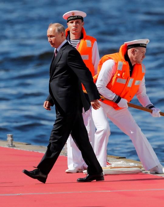 epa08566629 Le président russe Vladimir Poutine (L) arrive pour assister au défilé militaire lors de la célébration de la Journée de la marine à Saint-Pétersbourg, Russie, le 26 juillet 2020. EPA / DMITRI LOVETSKY / POOL