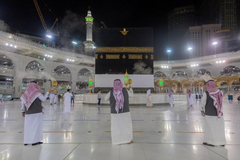 Les hommes saoudiens utilisent de l'encens dans la sainte Kaaba à la grande mosquée pendant le Haj,