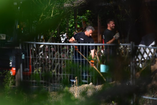 Des policiers fouillent un lotissement à Hanovre dans le cadre de leur enquête sur la disparition de Madeleine McCann.