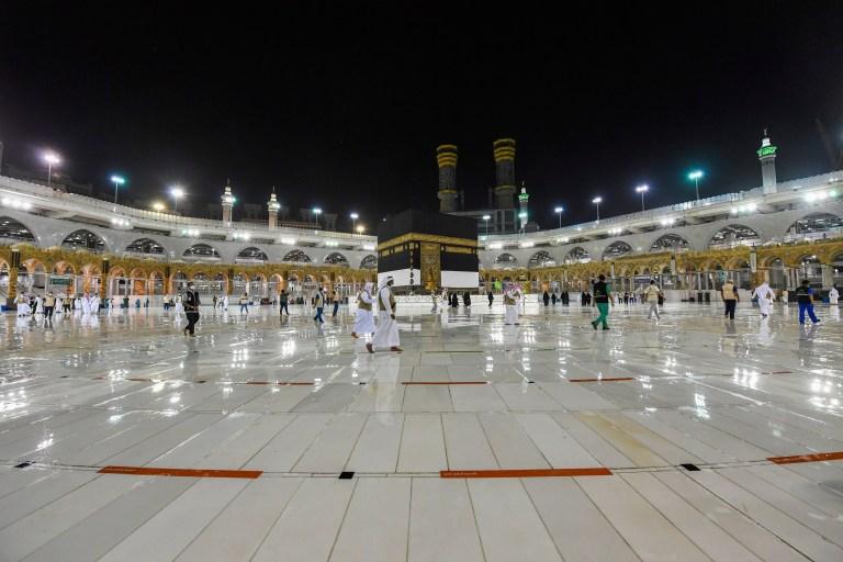 Sur cette photo publiée par le ministère saoudien des Médias, les responsables se préparent à l'arrivée des pèlerins mercredi 29 juillet 2020, à La Mecque, en Arabie Saoudite, en simulant les premiers rites du hajj autour du site le plus sacré de l'Islam, la Kaaba, heures avant que le pèlerinage ne commence.  Le pèlerinage islamique a été considérablement réduit de 2,5 millions de pèlerins à aussi peu que 1000 cette année en raison de la pandémie mondiale de coronavirus.  le pèlerinage a été considérablement réduit.  (Ministère saoudien des médias via AP)