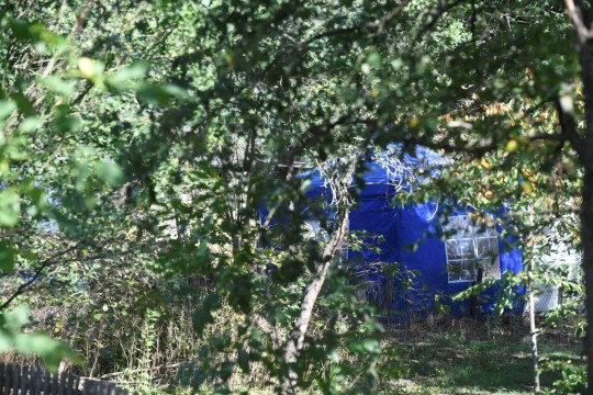 Une tente de police est installée après avoir commencé à creuser dans une zone de lotissement près de Hanovre, en Allemagne, le 29 juillet 2020, où Christian B, un suspect dans l'enquête sur Madeleine McCann a vécu il y a quelques années.  REUTERS / Fabian Bimmer