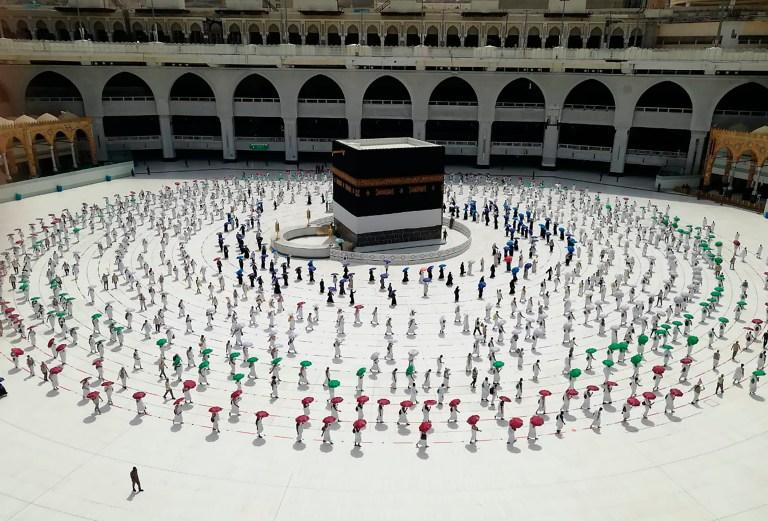 Des centaines de pèlerins musulmans encerclent la Kaaba, le bâtiment cubique de la Grande Mosquée