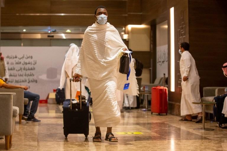 Un pèlerin musulman tire ses bagages alors qu'il porte des masques de protection se dirigeant vers le Meeqaat pour tenir l'intention du pèlerinage du Haj au milieu de la pandémie de coronavirus (COVID-19), dans la ville sainte de La Mecque, en Arabie saoudite, le 29 juillet 2020. Arabie Saoudite Ministère des Médias / Document via REUTERS ATTENTION AUX RÉDACTEURS - CETTE IMAGE A ÉTÉ FOURNIE PAR UN TIERS.
