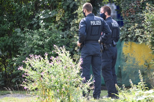 La police marche près du site où elle a commencé à creuser dans une zone de lotissement près de Hanovre, en Allemagne, le 29 juillet 2020, où Christian B, un suspect dans l'enquête sur Madeleine McCann a vécu il y a quelques années.  REUTERS / Fabian Bimmer
