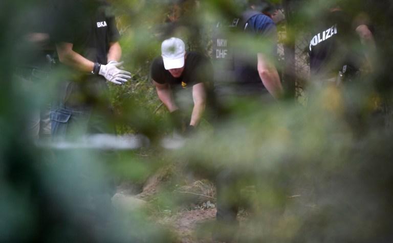 La police travaille sur le site où elle a commencé à creuser dans une zone de lotissement près de Hanovre, en Allemagne, le 29 juillet 2020, où Christian B, un suspect dans l'enquête sur Madeleine McCann, a vécu il y a quelques années.  REUTERS / Fabian Bimmer