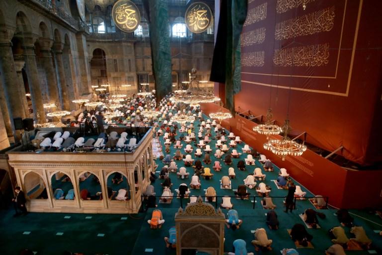 ISTANBUL, TURQUIE - 31 JUILLET: Les musulmans exécutent la prière de l'Aïd al-Adha tout en gardant une distance sociale en raison de la pandémie de coronavirus (Covid-19) à la grande mosquée Sainte-Sophie à Istanbul, Turquie, le 31 juillet 2020 (Photo par Ahmet Bolat / Agence Anadolu via Getty Images)