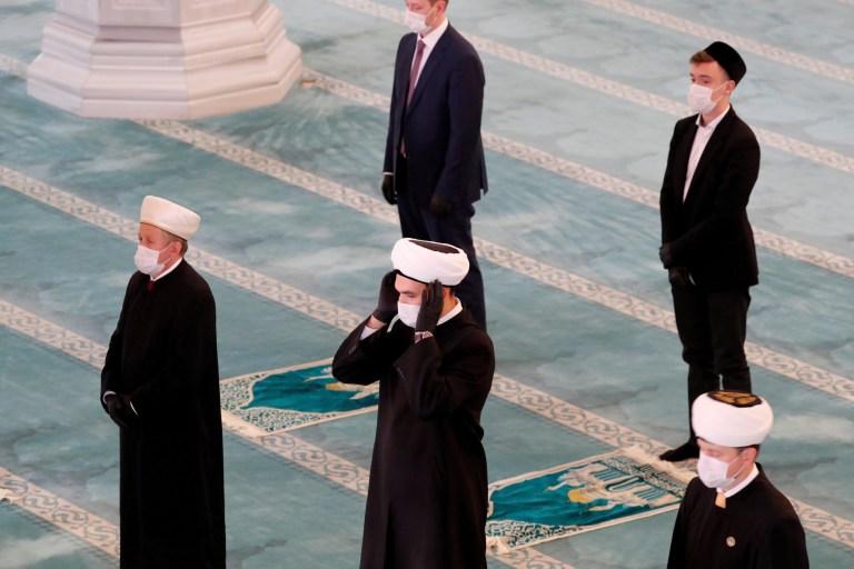 Des ecclésiastiques portant des masques faciaux assistent à une prière marquant la fête musulmane de l'Aïd al-Adha, au milieu de l'épidémie de coronavirus (COVID-19), dans la grande mosquée de Moscou en Russie le 31 juillet 2020. REUTERS / Shamil Zhumatov