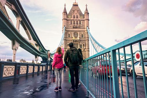 Famille sur le Tower Bridge