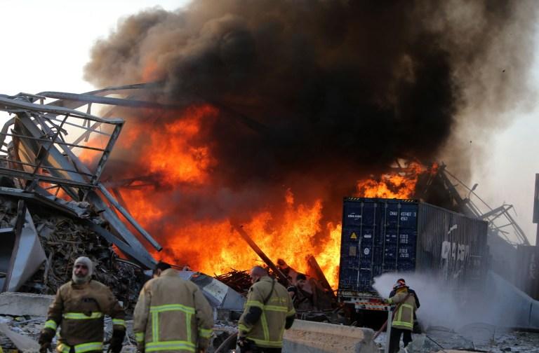 NOTE DE LA RÉDACTION: Contenu graphique / Les combats libanais éteignent le feu sur les lieux d'une explosion dans le port de la capitale Beyrouth le 4 août 2020. - Deux énormes explosions ont secoué la capitale libanaise Beyrouth, blessant des dizaines de personnes, secouant des bâtiments et envoyant d'énormes panaches de fumée s'élevant dans le ciel.  Les médias libanais ont diffusé des images de personnes piégées sous les décombres, certaines ensanglantées, après les explosions massives, dont la cause n'était pas immédiatement connue.  (Photo par STR / AFP) (Photo par STR / AFP via Getty Images)
