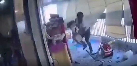 Une mère a été filmée en train de protéger sa fille alors qu'une explosion déchire leurs immeubles à Beyrouth.