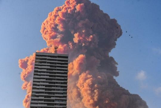 Un panache rouge, que l'on pense être du nitrate d'ammonium stocké dans un entrepôt, s'élève du port de Beyrouth à la suite d'une énorme explosion.
