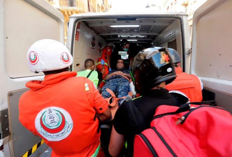 Des médecins évacuent un policier, blessé lors d'affrontements avec des manifestants, au centre-ville de Beyrouth le 8 août 2020, à la suite d'une manifestation contre une direction politique qu'ils blâment pour une explosion monstre qui a tué plus de 150 personnes et défiguré la capitale Beyrouth.  (Photo par JOSEPH EID / AFP) (Photo par JOSEPH EID / AFP via Getty Images)