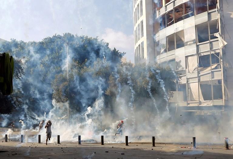 Des manifestants courent pour se mettre à l'abri des gaz lacrymogènes tirés par la police lors d'une manifestation, après l'explosion de mardi, à Beyrouth, au Liban, le 8 août 2020. REUTERS / Thaier Al-Sudani TPX IMAGES DU JOUR