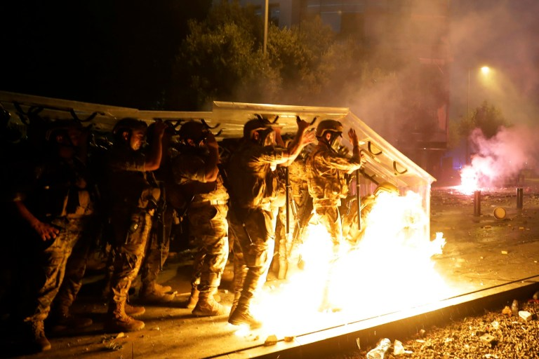 Des cocktails Molotov sont lancés sur des soldats libanais par des manifestants anti-gouvernementaux lors d'une manifestation contre les élites politiques et le gouvernement après l'explosion meurtrière de cette semaine au port de Beyrouth qui a dévasté de grandes parties de la capitale à Beyrouth, au Liban, le samedi 8 août 2020. (Photo AP / Hassan Ammar)