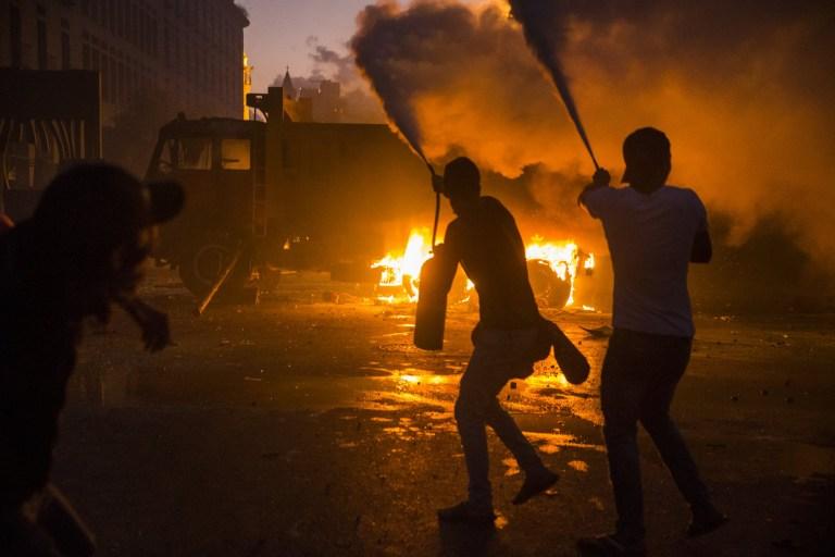 BEYROUTH, LIBAN - 08 AOÛT: Les manifestants utilisent des extincteurs pour bloquer les mouvements des manifestants des forces de sécurité intérieure, non représentés, lors d'une manifestation sur la place des Martyrs le 8 août 2020 à Beyrouth, au Liban.  La capitale libanaise est sous le choc de l'explosion massive de cette semaine qui a tué au moins 150 personnes, blessé des milliers de personnes et détruit de larges pans de la ville.  Les résidents exigent des comptes pour l'explosion, dont la cause présumée était de 2700 tonnes de nitrate d'ammonium stockées pendant des années dans le port de la ville.  (Photo par Daniel Carde / Getty Images)