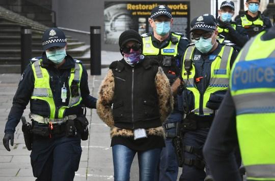 La police arrête un manifestant lors d'un projet de rassemblement anti-lockdown qui ne s'est pas concrétisé à Melbourne le 9 août 2020.