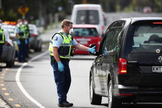 AUCKLAND, NOUVELLE-ZÉLANDE - 09 AVRIL: La police arrête le trafic en direction du nord sur la route nationale un à Warkworth le 9 avril 2020 à Auckland, en Nouvelle-Zélande.  La Nouvelle-Zélande étant bloquée à cause du COVID-19, la police met en place des points de contrôle à travers le pays pour s'assurer que les gens sur les routes se déplacent uniquement à des fins essentielles.  Le long week-end de Pâques est un moment populaire pour les Néo-Zélandais pour partir en vacances, mais les restrictions actuelles de niveau 4 en place en raison de la pandémie de coronavirus (COVID-19) obligent tout le monde à rester au lieu de résidence où ils se trouvaient à partir du 25 mars à minuit quand la Nouvelle-Zélande est entrée en lock-out.  (Photo par Fiona Goodall / Getty Images)