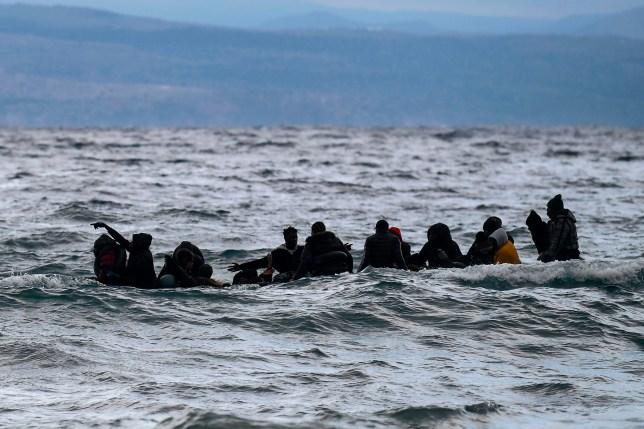 Un dériveur transportant 27 réfugiés et migrants originaires de Gambie et de la République du Congo est tiré vers l'île de Lesbos après avoir été secouru par un navire de guerre lors de leur traversée maritime entre la Turquie et la Grèce le 29 février 2020. - La Grèce a bloqué des centaines de migrants essayant d'entrer le pays vendredi après que la Turquie a annoncé qu'elle ouvrirait les portes aux réfugiés syriens pour entrer dans l'Union européenne.  La menace de la Turquie est venue des heures après qu'une frappe syrienne a tué jeudi 33 de ses soldats à Idlib et visait à forcer les gouvernements européens à faire plus pour la soutenir dans sa lutte contre le régime.  (Photo par ARIS MESSINIS / AFP) (Photo par ARIS MESSINIS / AFP via Getty Images)
