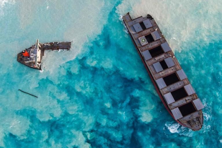 Une vue aérienne prise à Maurice le 17 août 2020 montre le vraquier MV Wakashio, appartenant à une société japonaise mais battant pavillon panaméen, qui s'est échoué et s'est brisé en deux près du parc marin de Blue Bay.  (Photo par - / AFP) (Photo par - / AFP via Getty Images)