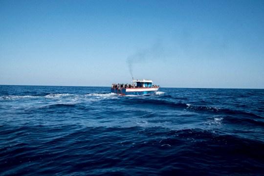 ZONE SAR, ITALIE - 2017/11/03: Migrants dans un bateau qui a quitté la Libye quelques heures avant d'être secourus par l'ONG espagnole Proactiva Open Arms.  L'ONG espagnole Proactiva Open Arms a secouru 378 migrants.  Ils étaient à 20 miles de la côte libyenne.  Depuis le début de l'année, près de 3 000 personnes ont perdu la vie en Méditerranée.  Même si un sur 53 est mort à la traversée, les migrants continuent d'essayer de quitter la Libye parce qu'ils disent que la vie en Libye est vraiment difficile.  (Photo par Samuel Nacar / SOPA Images / LightRocket via Getty Images)