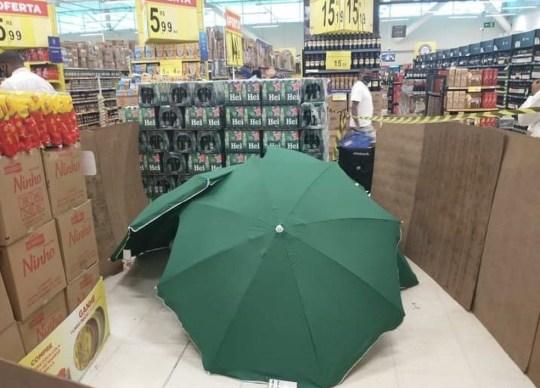 Carrefour Brasil 'Le corps d'un représentant commercial décédé alors qu'il travaillait dans un supermarché de Recife était couvert de parapluies et isolé par des cartons et des parements improvisés'