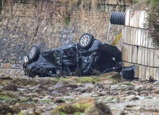 L'épave de la voiture dans laquelle trois personnes ont perdu la vie dans un accident lorsqu'une voiture est entrée dans la rivière Foyle près de Quigley's Point dans le nord du Donegal.  Gardai a déclaré que le véhicule voyageait de Muff à Quigley's Point lorsqu'il a dérapé sur la route et a glissé sur un remblai à Three Trees, Quigley's Point, plongeant dans l'eau vers 22h20 jeudi.  Photo PA.  Date de la photo: vendredi 21 août 2020. Le conducteur, 49 ans, et deux enfants, âgés de 16 et 6 ans, qui voyageaient à l'arrière de la voiture, ont été tués.  Voir l'histoire PA IRISH Crash.  Crédit photo doit se lire: Joe Boland / PA Wire