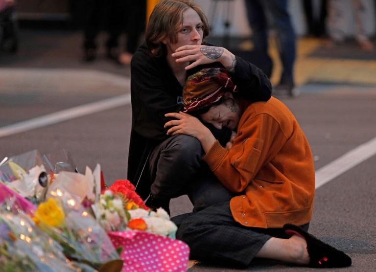 Les personnes en deuil rendent hommage à un mémorial de fortune près de la mosquée Masjid Al Noor à Christchurch, Nouvelle-Zélande.  Plus de 60 survivants et membres de la famille affronteront le tireur de la mosquée néo-zélandaise au cours de la condamnation de quatre jours à compter du lundi 24 août 2020. L'Australien Brenton Harrison Tarrant, 29 ans, a plaidé coupable à 51 chefs de meurtre, 40 des chefs de tentative de meurtre et un chef de terrorisme dans la pire atrocité de l'histoire moderne du pays.
