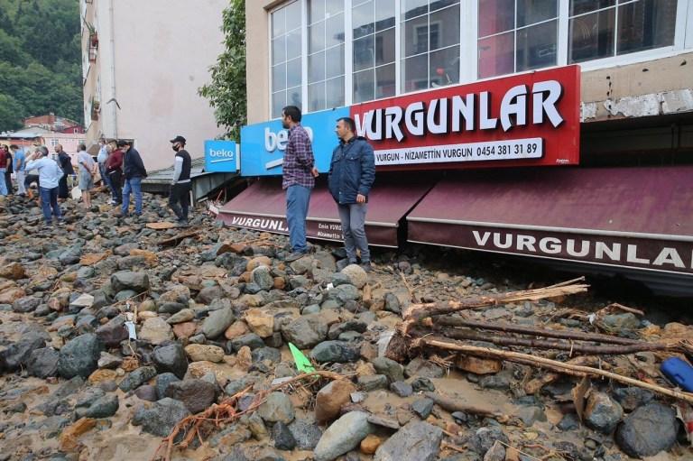 GIRESUN, TURQUIE - 23 AOÛT: Des gens sont vus dans un site endommagé touché par une inondation en raison de fortes pluies dans le district de Dereli à Giresun, en Turquie, le 23 août 2020. (Photo de Bar ???? s Oral / Anadolu Agency via Getty Images )
