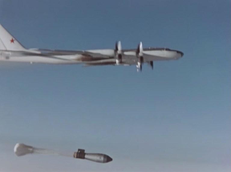 Un avion largue le soi-disant Tsar Bomba lors d'un test au-dessus de l'archipel reculé de Novaya Zemlya en URSS, sur cette image fixe tirée d'une séquence précédemment classée prise en octobre 1961 et récemment publiée par la société d'État russe d'énergie atomique Rosatom.  Ministère de la construction de machines moyennes de l'URSS / société d'État russe d'énergie atomique Rosatom / Document via REUTERS ATTENTION AUX RÉDACTEURS - CETTE IMAGE A ÉTÉ FOURNIE PAR UN TIERS.  PAS DE REVENTE.  PAS D'ARCHIVES.  CRÉDIT OBLIGATOIRE.