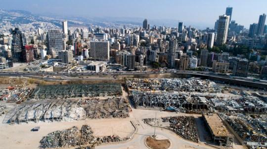 Une photo prise avec un drone montre une vue générale de la zone portuaire détruite suite à une énorme explosion.