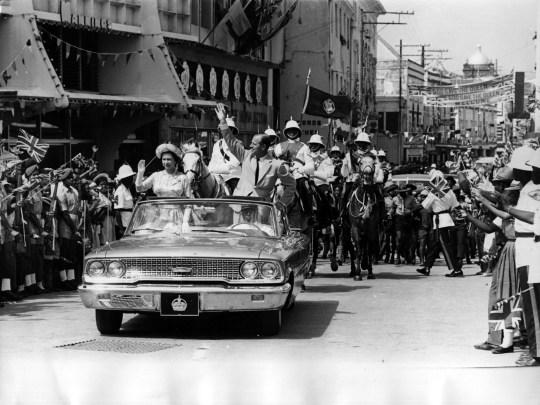 La reine et le prince Philip traversant la Barbade en saluant la foule en 1966.