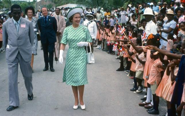 La reine Elizabeth II accueillie par des citoyens de la Barbade en 1977.